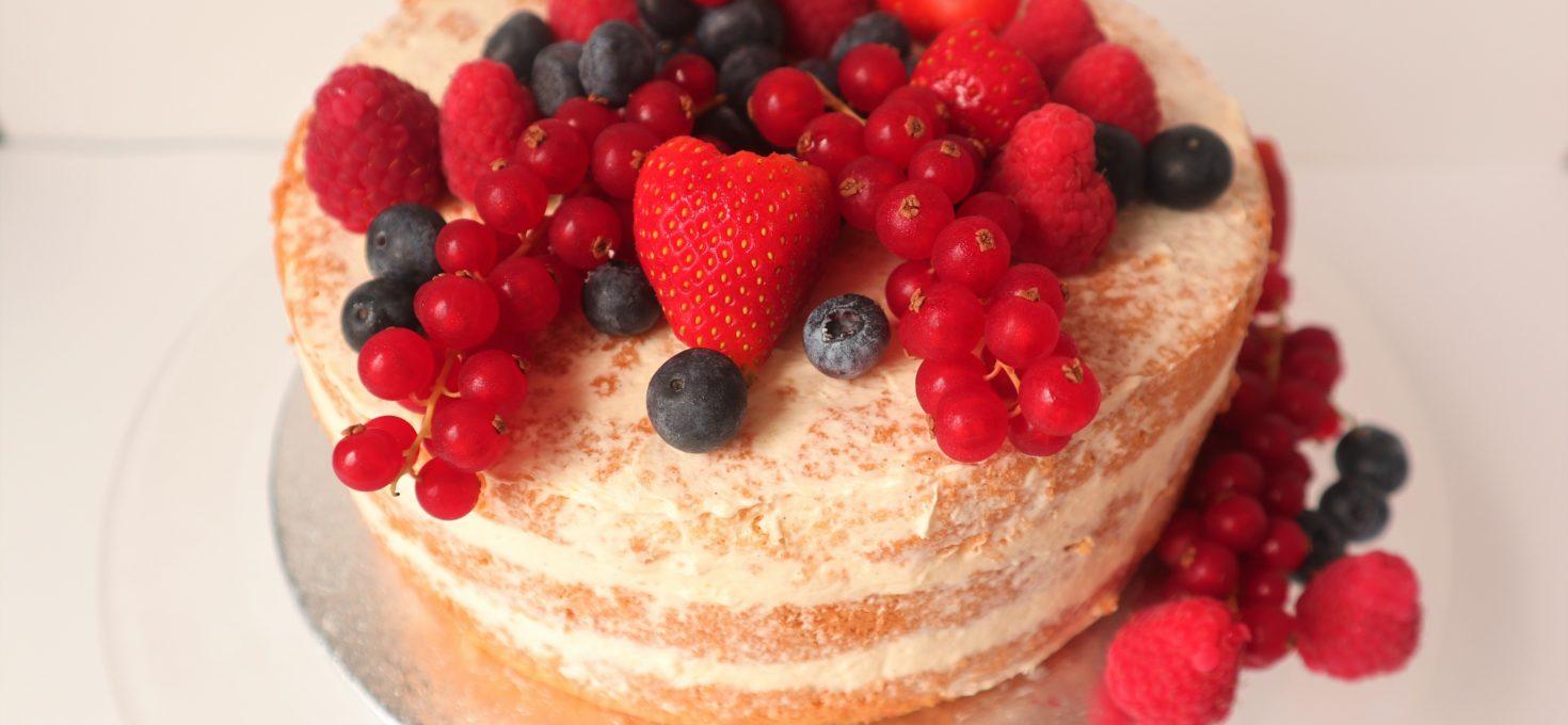 Naked cake met vers fruit en crème mousseline